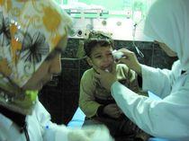 Les enfants pleurent, terrorisés par les attaques