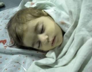 La petite Joumana, neuf mois, a perdu une main et neuf des dix membres de sa famille
