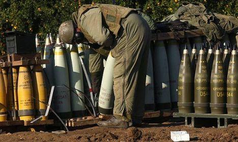 Les obus de 155mm bleu pâle sont clairement marqués du numéro M825A1, une munition US au phosphore blanc