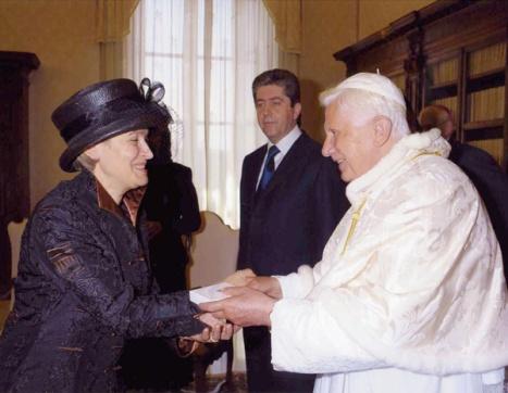 """""""Je me sens tellement émancipée, à couvrir mes cheveux par respect pour le Pape, rien à voir avec ces pauvres musulmanes"""""""