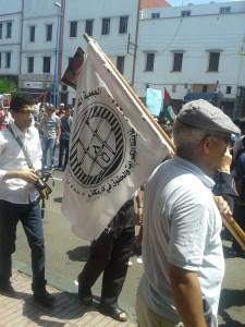 Un militant de l'AMDH avec la bannière de son organisation.