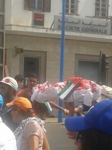 Un tas de draps ensanglantés symbolisant les enfants palestiniens massacrés à Gaza.